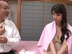 Mature Japanese babe shows off her impressive fucking skills
