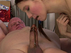 Sex-starved wench knows how to give a good blowjob