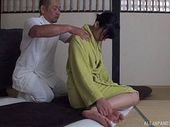 Masseur oils her up and turns her on so he can fuck that pussy