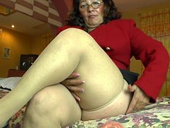 BBW pushes a vibrator against her clit until she creams