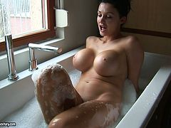 Sexy Aletta Ocean takes a bath with out makeup