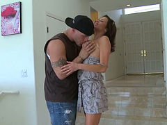Sextractive mommy Veronica Avluv gets her shaved muff licked