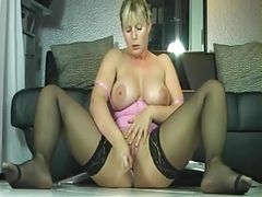 Amateur blonde milf squirting